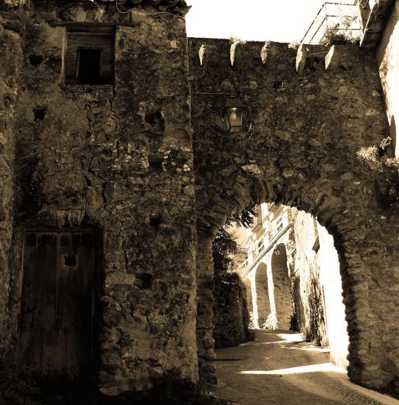 L'arco di accesso al centro storico di Petrizzi, a pochi metri dal nostro locale